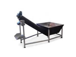 a Embaladora de Gelo Semiautomática é preta e tem um formato similar ao de um cachimbo, com uma abertura retangular maior na direita que está conectada por um tubo elevado até a abertura menor na esquerda. A máquina está sobre um suporte metálico.